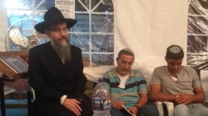 VIDEO: Avremel Brings Comfort to the Bereaved Families of the Three Bochurim, Hy'd