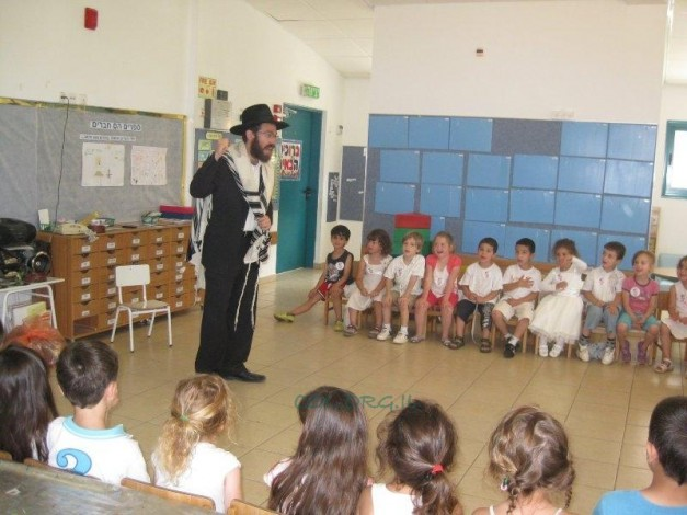 Children of the Hayovel Neighborhood Receive the Torah