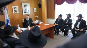 Rabbi Lau Meets With Shluchim Before Flying to Kinnus