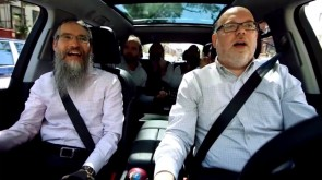VIDEO OF THE DAY: Avraham Fried Carpool Kumzitz (KaraOYke)