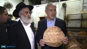 VIDEO: Netanyahu Gets More Than a Taste of Shmurah Matzah in Kfar Chabad