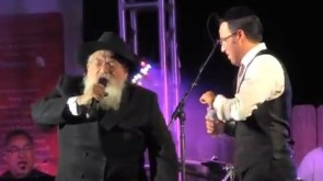 VIDEO: Rabbi Lazaroff steals the show @ Shwekey concert