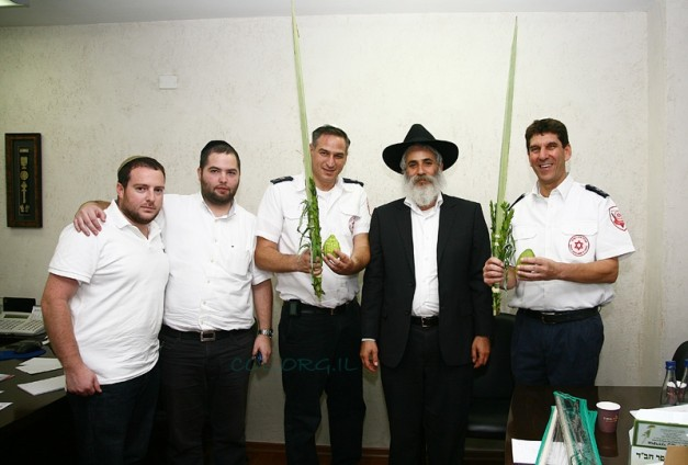 Kfar Chabad Council Leader Gives Arba Minim to Director of Magen David Adom